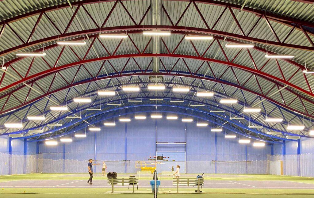Billede at lyset til tennishal i KB hallerne hvor LED belysningen er programmeret og sensorstyret