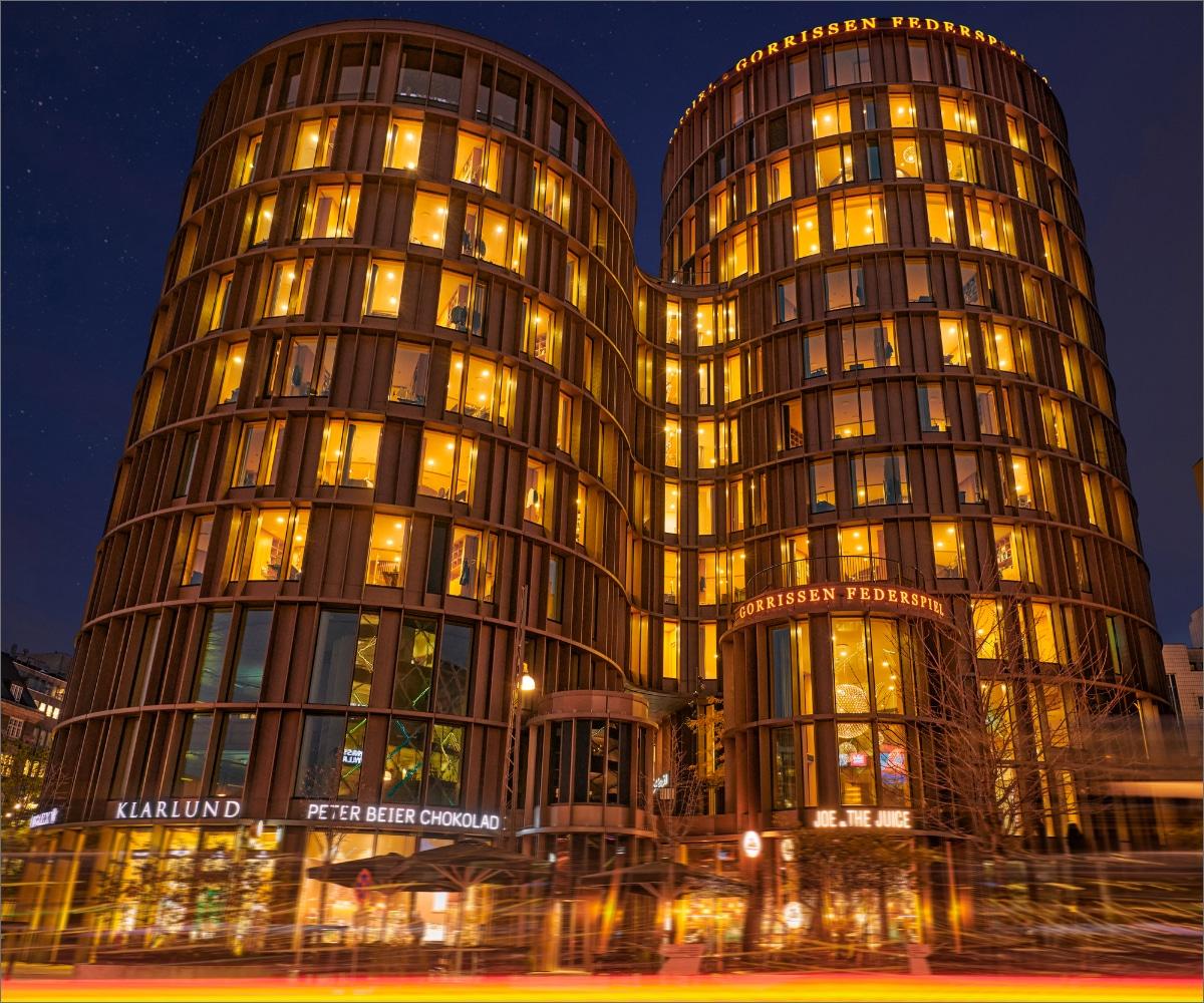 Aftenbillede af Axel Towers med Lightsplanners lysinstallation