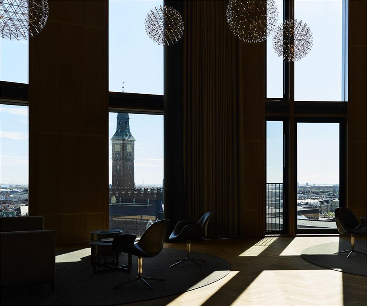 Dagslys og elektrisk belysning skaber et balanceret lys i Axel Tower hvor Lightplanner har stået for teknisk rådgivning