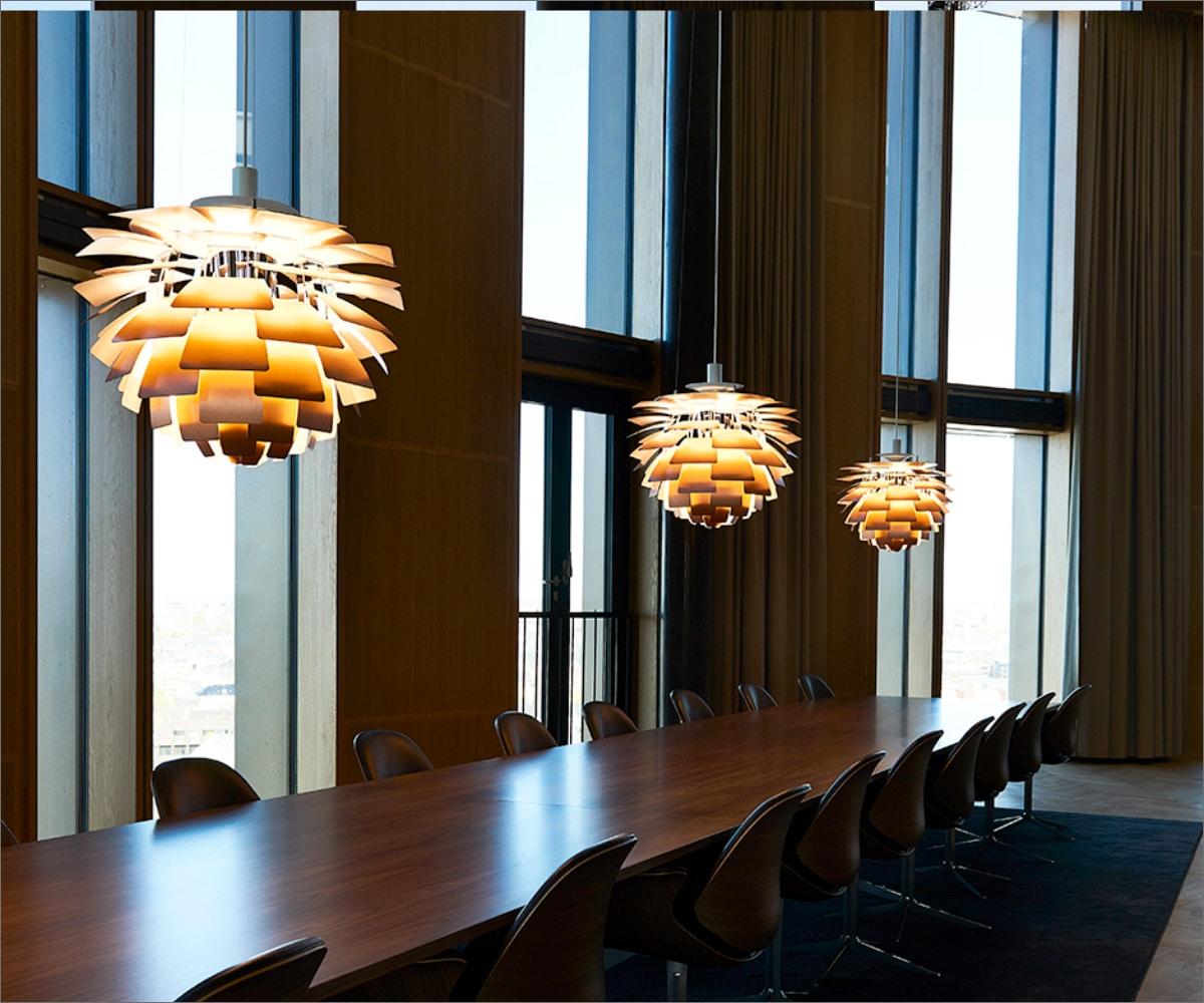 Stemningsbillede af PH lamper i mødelokale i Axel Towers, med Lightplanners specialdesignede konstruktion til ophægning